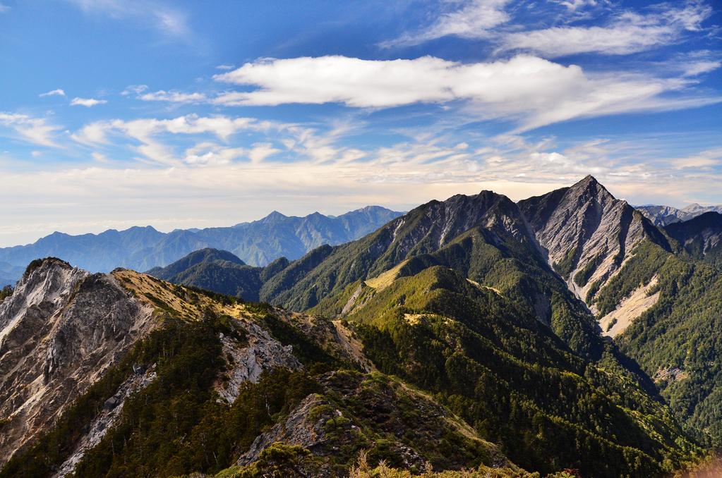 [南湖群峰]不要仰看一望無際的頂峰,你只需看著眼前這一步。by 雪巴嚮導